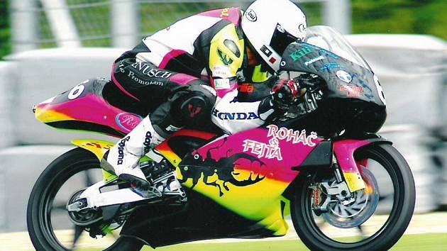 Havlíčkobrodský motocyklový závodník Michal Prášek (na snímku) vyměnil před sezonou svoji hondu za aprilii. S novou motorkou má však jen a jen problémy, teprve před třetím závodem sezony Práškův tým zjistil, že stroj má starou elektroniku.