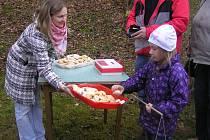 Račte vstoupit. Všechny návštěvníky hasičského areálu v Dobré vítaly maminky z klubu Harmonie vlastnoručně napečenými svatomartinskými rohlíčky.