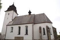 Památný kostel. Gotický kostel Nanebevzetí Panny Marie je v Číhošti významnou stavbou a dominantou obce.  První zmínky pocházejí ze 14. století.