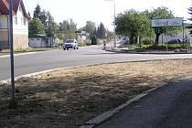 Chodníky a obrubníky v poslední části stavby směrem k Altecu, mají být dokončeny v říjnu.