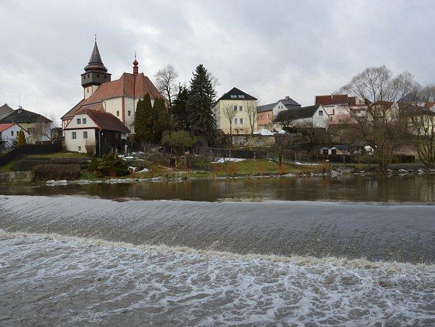 Voda přepadající přes splav pořádně hučela, ale zatím to nebyl kritický stav.