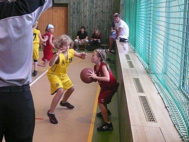 Brodské mladší minižákyně (ve žlutém Sára Kresová v utkání s Pardubicemi) v  klubovém derby jednou vyhrály a jednou prohrály.