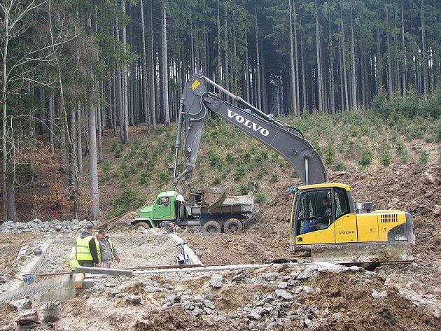 Prosinec 2012. To je datum, kdy skončí revitalizace Cihlářského potoka. Jeho okolí teď patří těžké technice.