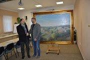 Starosta Jan Tourek (vpravo) děkuje Milanu Lepeškovi za darovaný obraz, který bude památkou na současnost pro příští generace.
