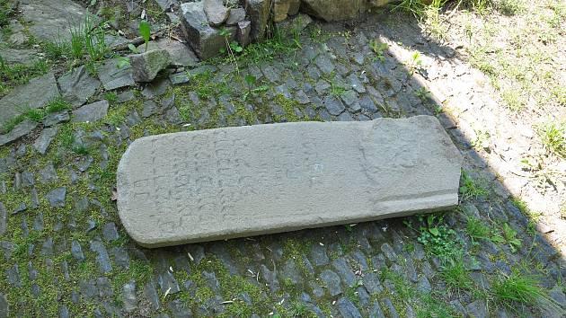 Náhrobek židovské dívky je zpět na hřbitově v Ledečské ulici.