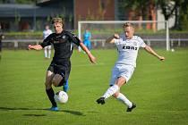 Ze sobotního domácího duelu s Humpolcem odešli fotbalisté Havlíčkova Brodu (v černém) s těsnou porážkou 1:2.