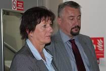 Obžalovaná koordinátorka bezpečnosti práce MARIE HUBKOVÁ z Pelhřimova se svým obhájcem. Také ona odmítá jakékoli pochybení a odpovědnost za neštěstí ve Vilémově na Havlíčkobrodsku.