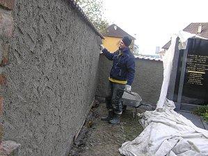 Zeď u hřbitova v Přibyslavi je už hotová