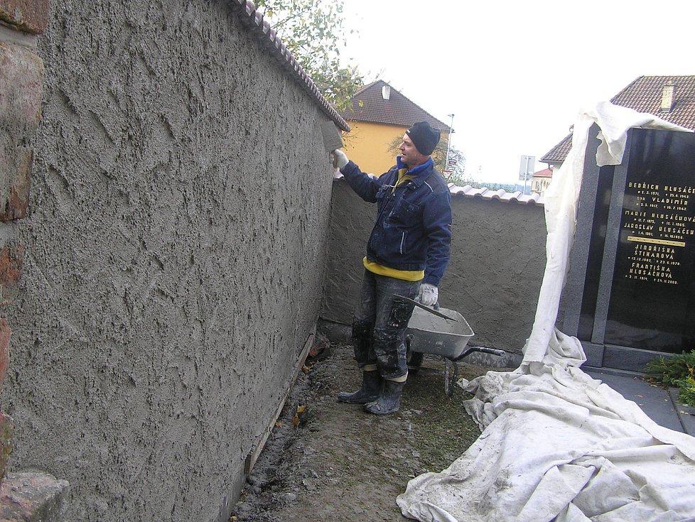 Poslední práce na rekonstrukci zdi hřbitova v Přibyslavi.
