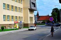 Záběr z křížení havlíčkobrodských ulic Jihlavská a Bezručova směrem ke kostelu sv. Kateřiny v roce 2014 s budovou stavební průmyslovky.