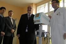 MĚSTO JEŽÍŠKEM.  Starosta Jan Tecl předává ventilátor.