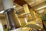 Zrno, než se z něho stane mouka, prochází v havlíčkobrodském mlýně velkou čistírnou v rozsahu pěti pater, samotné mletí se provádí na takzvaných mlecích stolicích, vysévačích a čističkách krupic. Za rok se tady semele až 29 tisíc tun pšenice i žita.