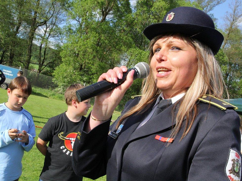 Velitelka okrsku Uhelná Příbram Dagmar Vaňková je v civilu starostkou obce Jeřišno. Byla hlavním rozhodčím sobotní soutěže hasičů.