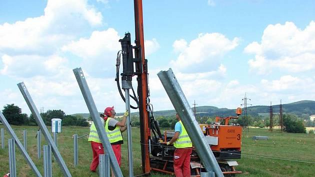 Výstavba elektrárny u Světlé začala ve středu zarážením kovových nosníků.