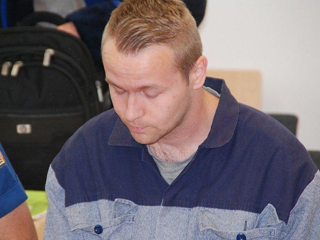 Jeden z dvojice podvodníků Jakub Bruzl (na snímku) si odpykává devatenáct měsíců za podvody na seniorech. Martin Říha skončil ve vazbě, kde čeká na další soud.