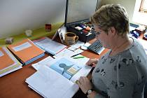 Jana Satrapová z Městského úřadu Světlá nad Sázavou ukazuje projektovou dokumentaci vypracovanou k záchraně nemovité kulturní památky města.
