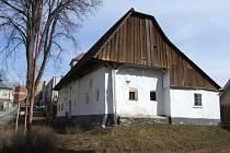 Štáflova chalupa se stala i ústředním motivem obalu unikátní knihy o historických stavbách.