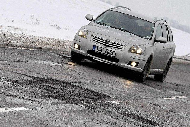 Silnice na Havlíčkobrodsku jsou plné výmolů.