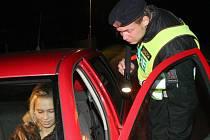 Policie na Vysočině hned v novém roce řešila několik případů, kdy za volant usedli řidiči, kteří před jízdou požili alkohol. Některé jízdy skončily naštěstí kuriózně, jiné zase nehodou a zraněními. Ilustrační foto.