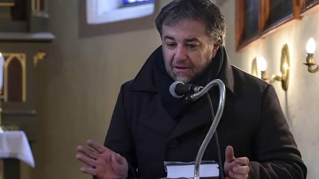 Spisovatel Miloš Doležal dopsal již druhou knihu o umučeném faráři Josefu Toufarovi z Číhoště pod názvem Krok do tmavé noci.