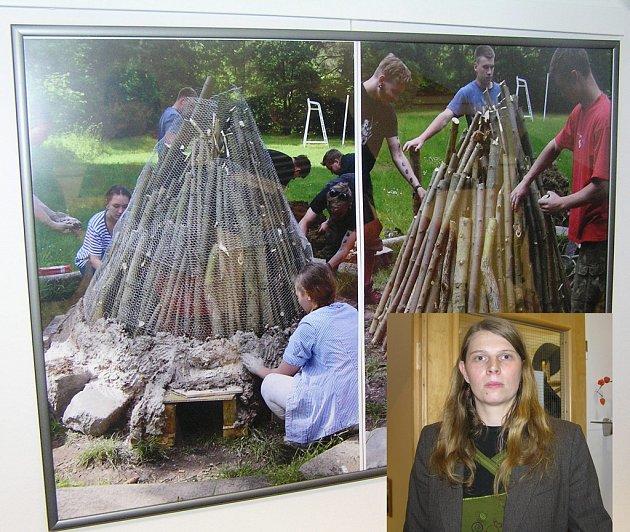 První milíř za dohledu Petry Sedlmayerové (ve výřezu) postavili  studenti už na jaře roku 2015.