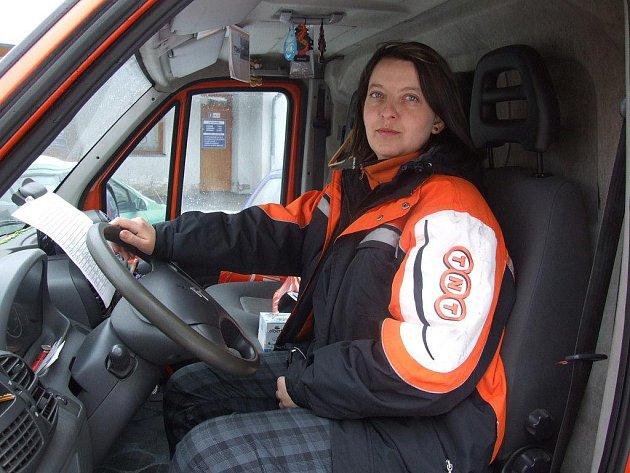 Oranžovobílý Citroën Jumper kurýrní společnosti TNT Express řídí Zuzana Choutková už čtyři roky.  Nejčastěji se pohybuje po silnicích Jihlavska a Havlíčkobrodska. Občas zamíří i do Prahy.