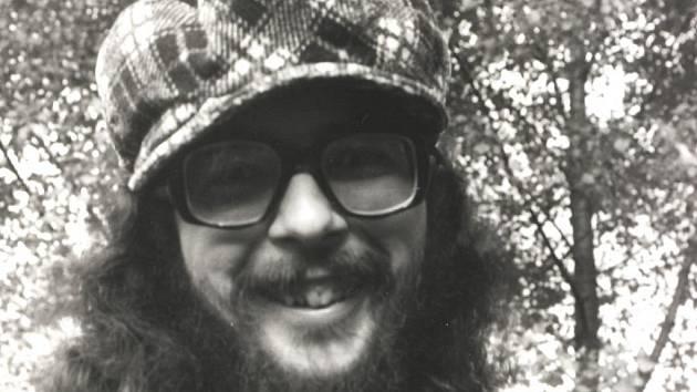 Jan Schneider jako undergroundový chartista a bubeník na hudební zkoušce v roce 1978 (vlevo) Snímek z doby kdy se přiženil do Havlíčkova Brodu.