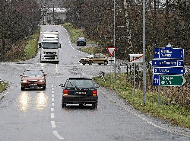 Řidiči motorových vozidel, kteří ve Štokách vjíždí na silnici mezi Havlíčkovým Brodem a Jihlavou, se ze stávajícího místního dopravního značení nedozvědí, že právě na této komunikaci musejí mít zimní obutí. Příslušná značka tady chybí.
