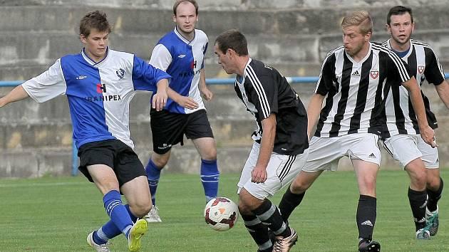 Fotbalisté Ledče (v černobílých dresech) těží hlavně z toho, že jsou dlouho pohromadě. Tým trenéra Zdeňka Jungvirta to potvrdil spanilou jízdou v podzimní části krajského přeboru.