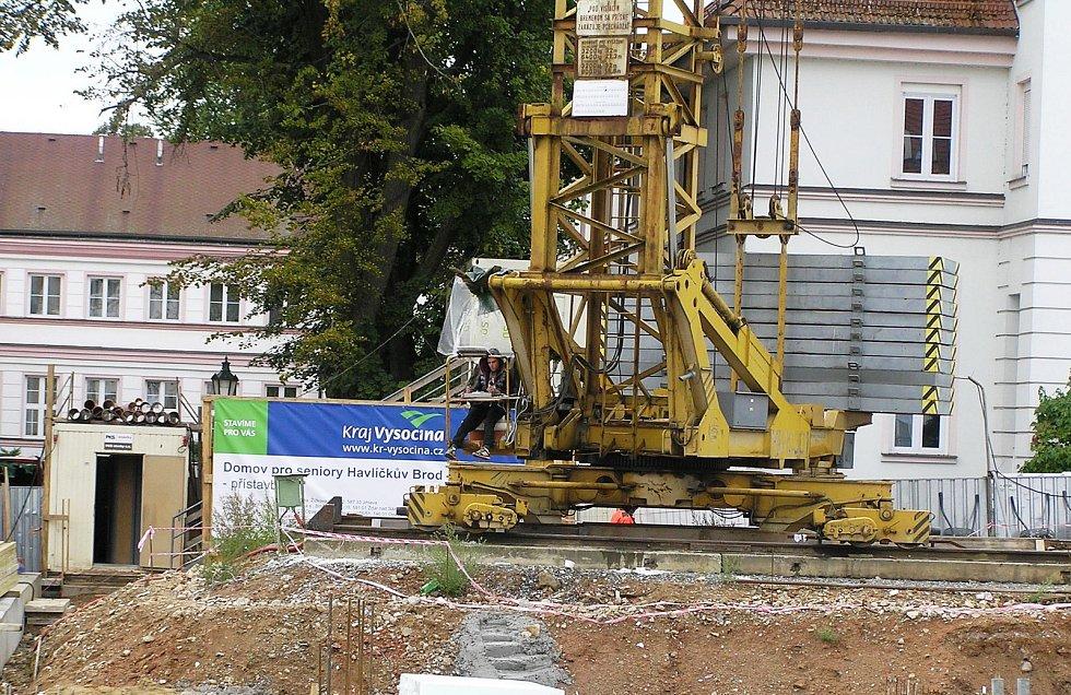 Stavba domova pro seniory pokračuje rychlým tempem.