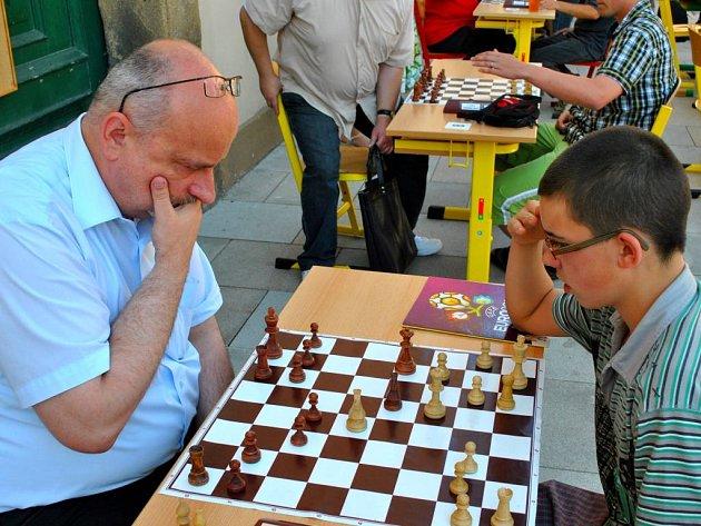 K oslavám deseti let existence regionálních Deníků na Vysočině se připojil i Havlíčkobrodský deník, a to uspořádáním sobotního šachového turnaje a simultánky nejlepší české hráčky současnosti, mezinárodní velmistryně Evy Kulované.