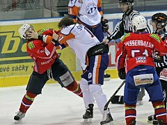 Tvrdý boj. Hokejisté Třebíče (v červeném) na svém ledě porazili Litoměřice.
