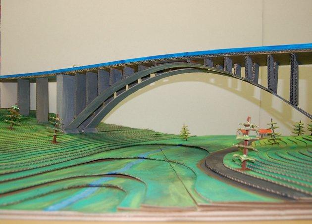 VŠE Z LEPENKY.Tak vypadá most, který Studenti Střední průmyslové školy stavební  z Havlíčkova Brodu