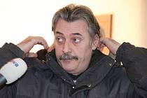 Přišel, ale nic neřekl. Luboš Vondrák se snažil veřejnému soudu vyhnout a s poškozenými se domluvit. Proč se to nepovedlo, není známo.