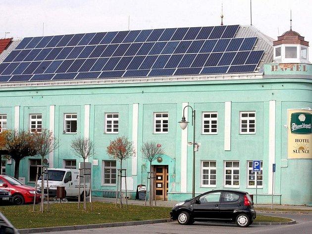 """Hotel Slunce v Golčově Jeníkově hostil císaře i jejich pacholky. Na novou """"sluneční"""" střechu si občané města těžko zvykají."""