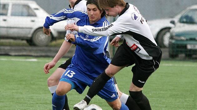 Fotbalisté brodského Slovanu (v bílém) mají na začátku jara slušnou formu. Oba zápasy vyhráli a zatím neinkasovali. Uvidí se, zda dokáží brodští fotbalisté naplno bodovat i proti třebíčské rezervě na domácím trávníku.