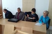 Bývalí starostové Cejle František Němec (druhý zleva) a Dana Poláčková (vpravo) u jihlavského soudu se svými advokáty. Němec a Poláčková měli uzavírat fiktivní smlouvy za práce, které nikdy nebyly provedeny.