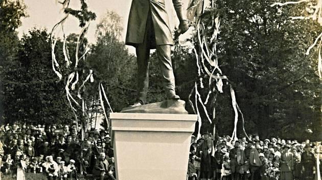 Odhalení sochy Karla Havlíčka v Německém Brodě 14. 9. 1924. Reprofoto.