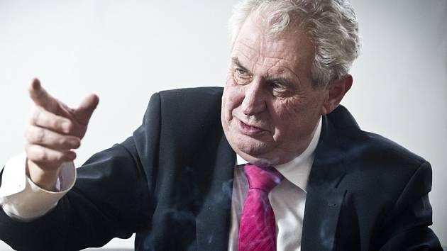 Miloš Zeman. Známý politik, který se na pár let stáhl do ústraní, je opět v centru pozornosti. Čtyři roky starý dokument, který se dnes večer promítá v   Havlíčkově Brodě, on sám nazval během natáčení svým nekrologem.