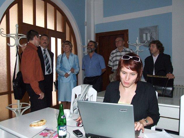 Práce na radnici. Na jeden den se v nové radnici usadila redakce internetového deníku Aktuálně.cz, s nímž Deník pravidelně spolupracuje.