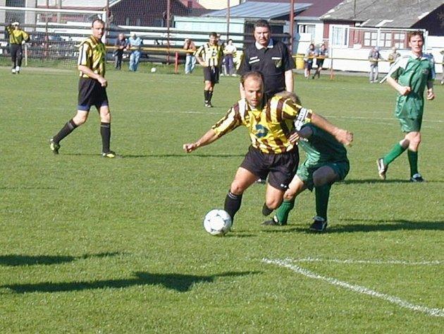 Ždírečtí fotbalisté na domácí půdě využili hry na tři útočníky. Odměnou jim byla výhra nad Pelhřimovem.
