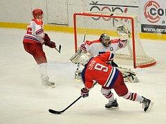 Střelnici si ve středu v Kotlině otevřeli havlíčkobrodští hokejisté (v tmavém), kteří v přípravném zápase porazili souseda z Pelhřimova vysoko 10:0.