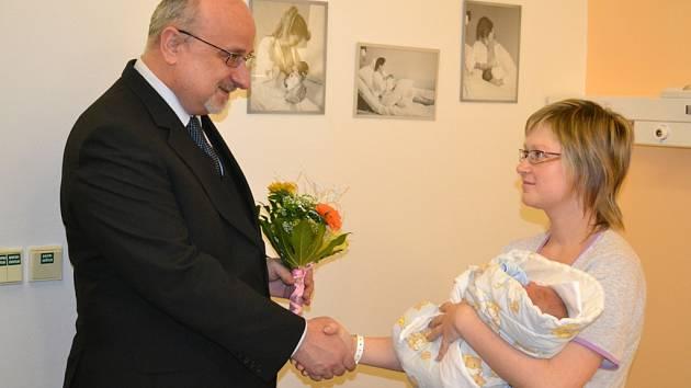 Blahopřání. Mezi gratulanty nechyběl ani havlíčkobrodský starosta Jan Tecl. Šťastná maminka Simona Remešová si domů do Srní u Hlinska odveze již třetího chlapce.