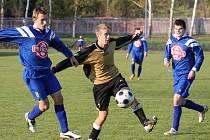 Debakl utrpěli fotbalisté Lučice na umělé trávě v Havlíčkově Brodě, když inkasovali devět gólů. Na jednom z nich se podílel i Lukáš Sůva (uprostřed), který si o den později zahrál i za A-tým.