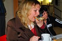 Fair Trade. Podle výrazu jedné z účastnic Férové snídaně a Světového dne pro fair trade Renaty Nováčkové při snídani je zřejmé, že si na krajíci domácího   chleba s pomazánkou velmi pochutnala.