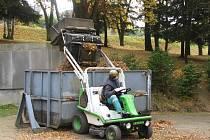Města si dokážou velmi rychle poradit s podzimním  odpadem na silnicích. Listí však likvidují šetrně, často poslouží jako kompost.