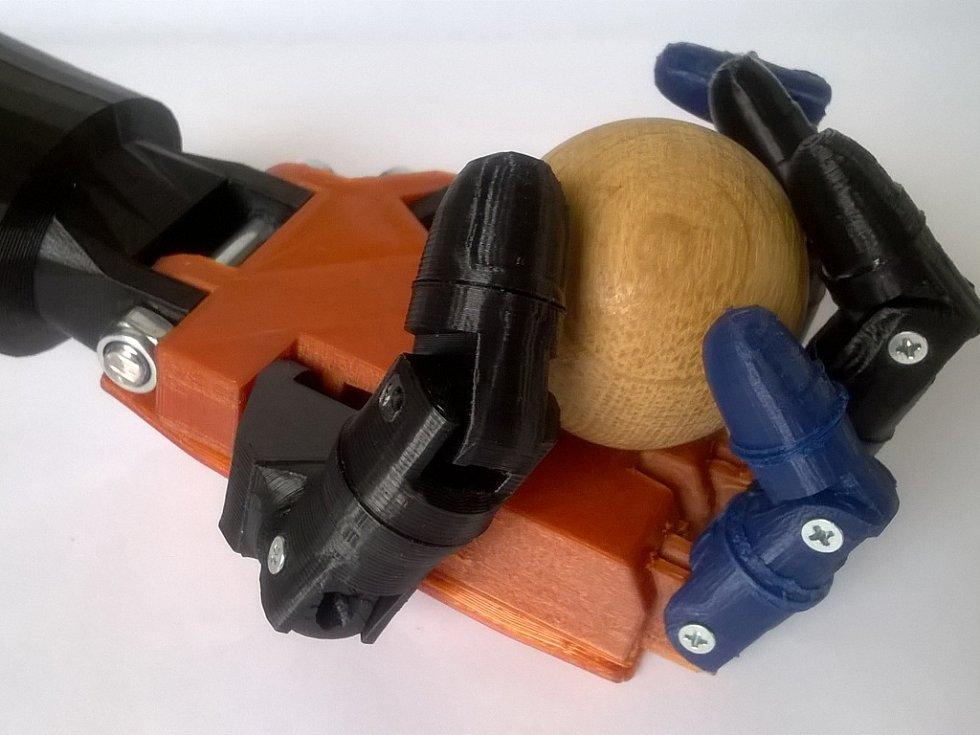 Na robotické ruce pracují jeníkovští školáci i o prázdninách.