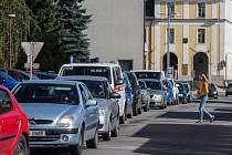 Dopravní kolona v ulici Husova v Havlíčkově Brodě.