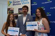 Žaneta Vrábelová a Adéla Čapková získaly za své návrhy šek v hodnotě dva tisíce Euro na rozvoj jazykových nebo odborných znalostí. Na snímku s náměstkem hejtmana Kraje Vysočina Pavlem Pacalem.