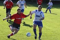 V sobotní bitvě dokázali fotbalisté Pohledu (v bílém) vybojovat na domácím trávníku všechny tři body, když přehráli Věžnici 3:1.